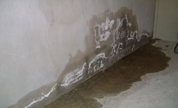 Chân tường bị thấm nước ảnh hưởng đến tính thẩm mỹ và chất lượng công trình