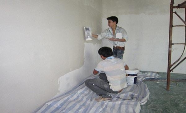 Thi công chống thấm tường nhà mới xây từ bên trong bằng sơn chống thấm