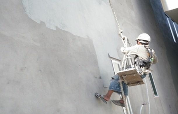 Thực hiện cách sơn chống thấm ngoài trời bằng các thiết bị bảo hộ chuyên dụng