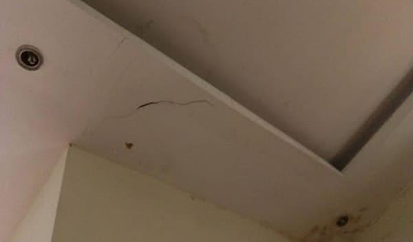 Phần trần nhà bị nứt dột làm mất tính thẩm mỹ và gây nhiều phiền toái trong cuộc sống